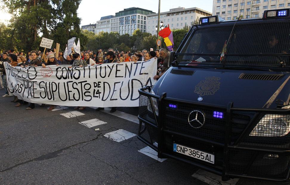 Un gran despliegue policial ha escoltado a la manifestación desde Plaza de España hasta el Congreso.