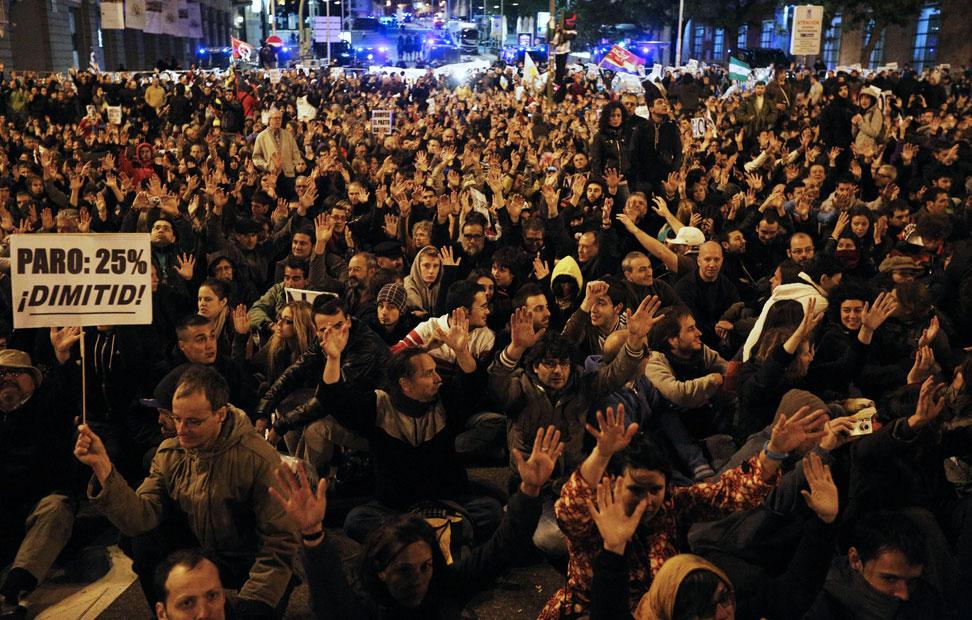 Cientos de personas sentadas frente al Congreso en protesta por los Presupuestos del Gobierno.