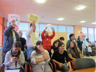 Un grupo de afectados por las hipotecas ha irrumpido este lunes en el pleno municipal de Vigo.