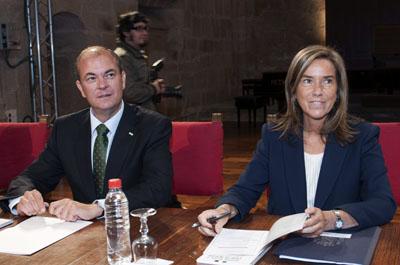 La ministra Ana Mato (derecha) con el presidente José Antonio Monago (izquierda).