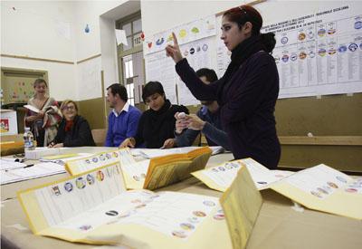 Recuento de los votos en un colegio electoral en Sicilia.
