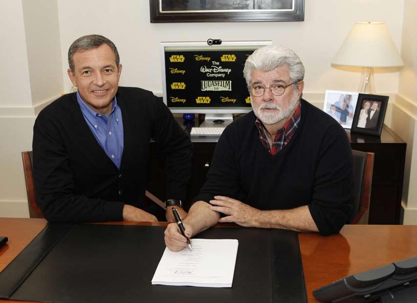 El presidente de Disney, Bob Iger, y George Lucas, a la derecha, suscriben el acuerdo de venta.