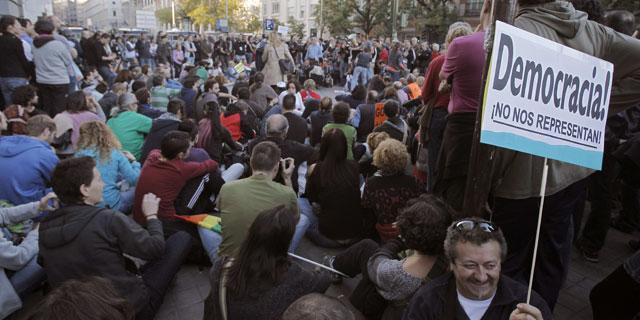 Ciudadanos partcipando en una asamblea frente al Congreso el pasado 27-O.