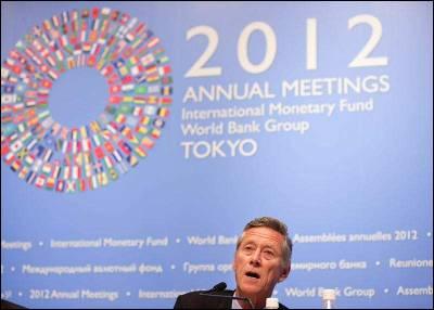El economista jefe del FMI, Olivier Blanchard, habla durante la presentación a la prensa del informe semestral 'Perspectivas Económicas Globales' en Tokio.