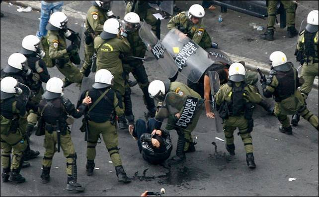 La Policía ha cargado con dureza contra los manifestantes en Atenas. Reuters