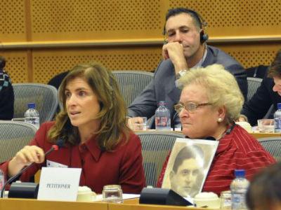 Noelia Camacho y su madre, Anselma Guillermina Gómez Angulo, durante la intervención en el Parlamento Europeo. EFE