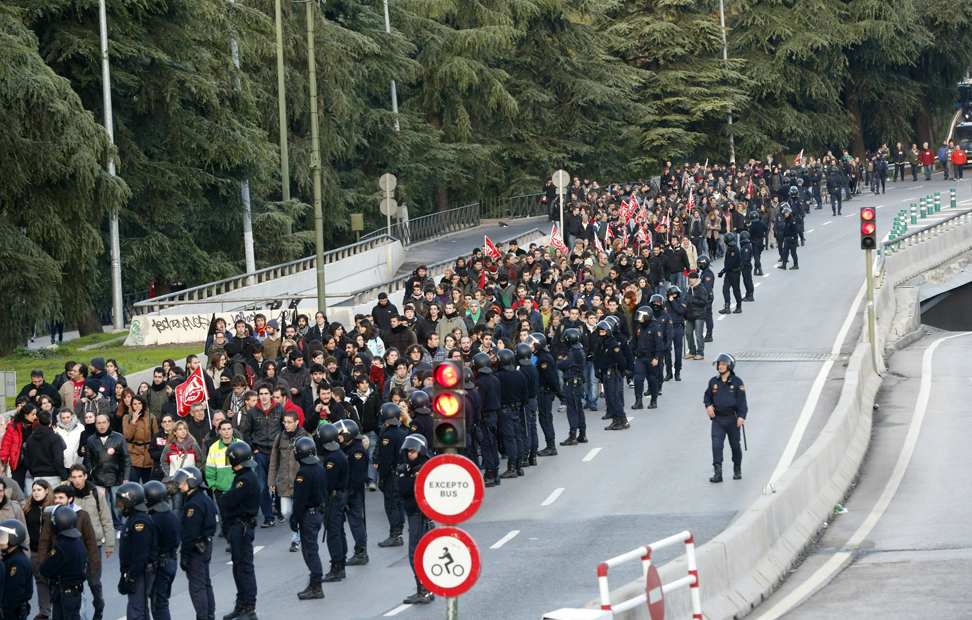 La policía trata de impedir que un grupo del Sindicato de Estudiantes bloquee la A-6 en Madrid.