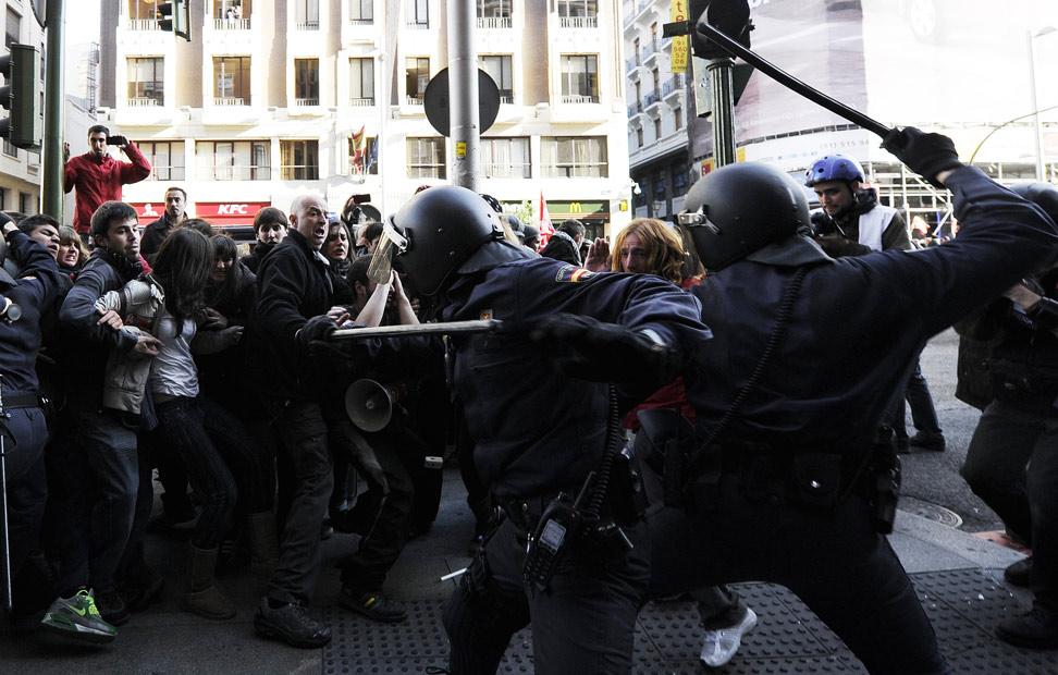 Enfrentamientos en Madrid entre antidisturbios y manifestantes, durante la jornada de huelga general. DOMINIQUE FAGET / AFP