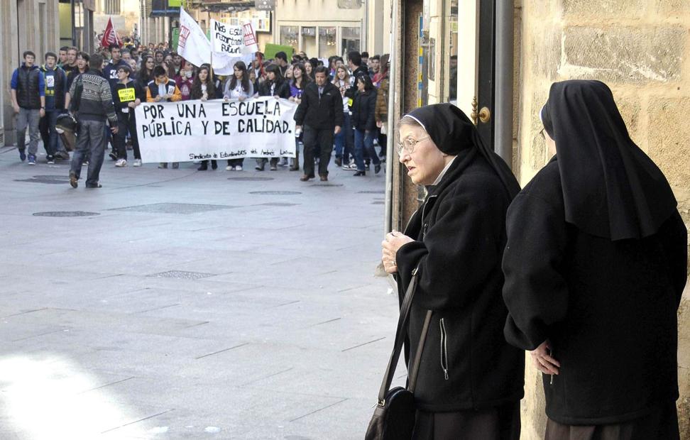Un par de monjas, en Segovia, espera que pase un piquete.
