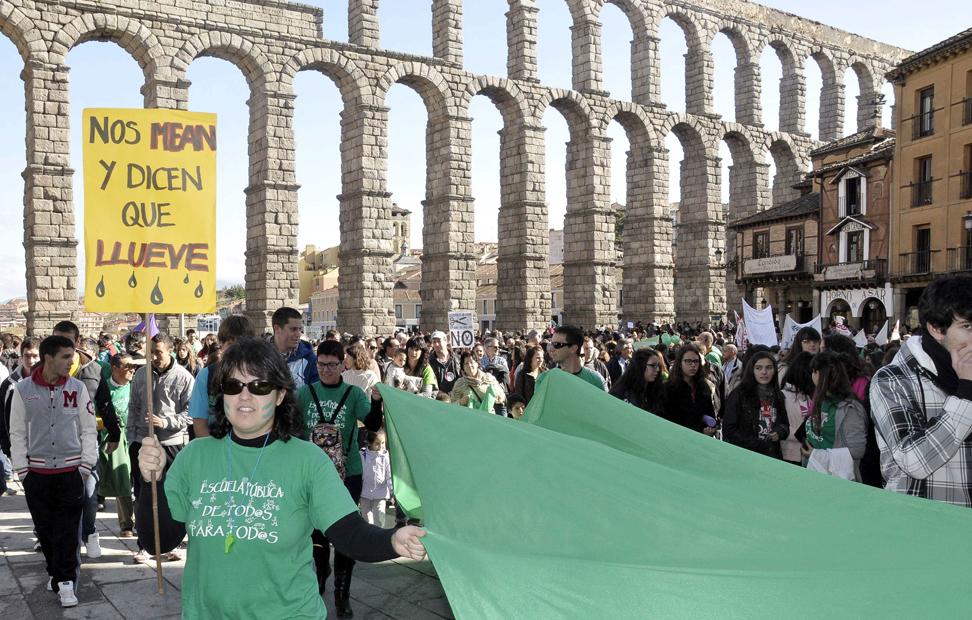 Una manifestación frente al Acueducto de Segovia.