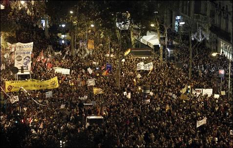 Vista general de la marcha en Barcelona con la que se cerraba la jornada de huelga general.