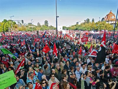Un momento de la gran manifestación sindical en Sevilla. EFE
