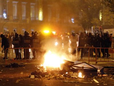 Un contenedor ardiendo en los disturbios de anoche en la plaza de Neptuno. EFE