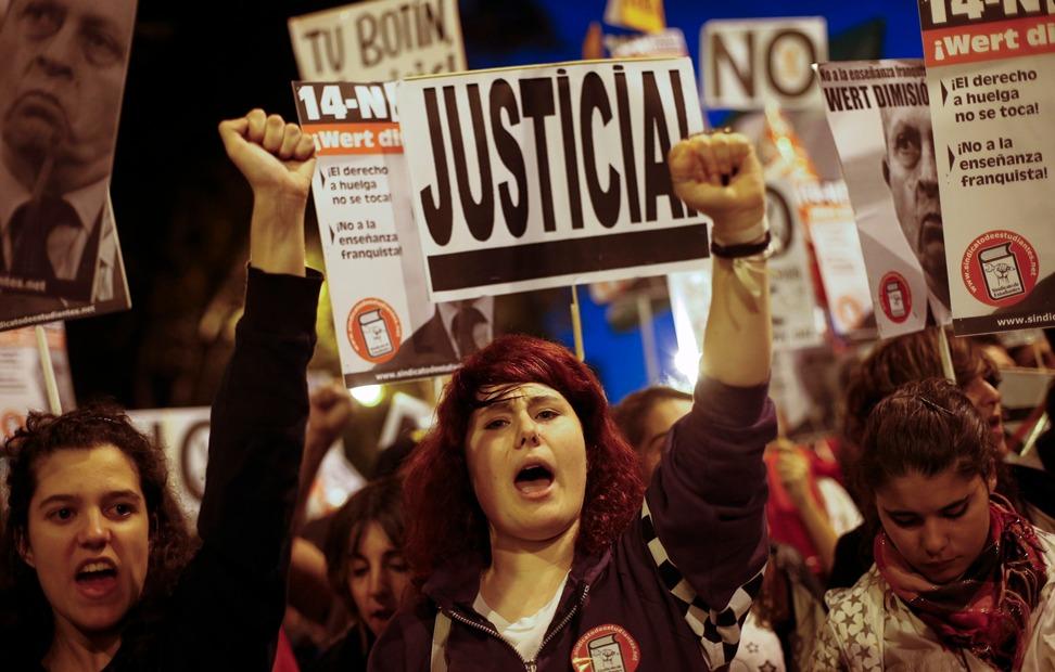 Manifestantes corean eslóganes en la manifestación en el Paseo del Prado - REUTERS