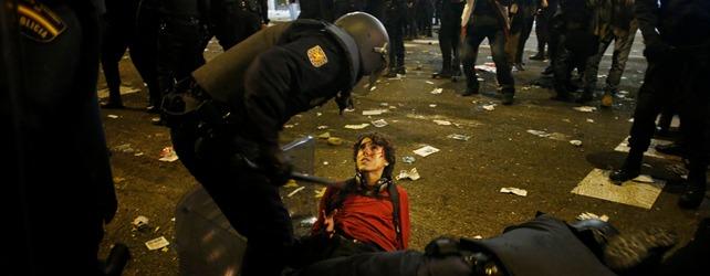 La policía detiene a un manifestante durante las cargas en Neptuno - REUTERS