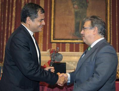 El alcalde de Sevilla, Juan Ignacio Zoido, hace entrega de la medalla de la ciudad al presidente de la República de Ecuador, Rafael Correa. -
