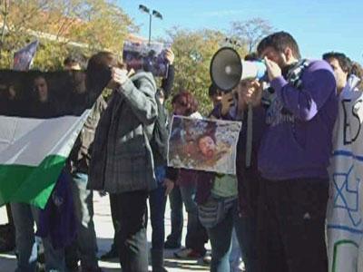 Concentración de estudiantes en protesta por la presencia de representante israelí en la universidad.