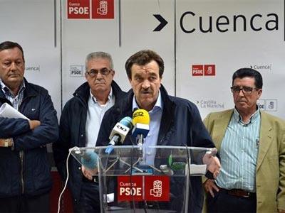 El alcalde de Montalbo, Luis Muelas (en el atril), el pasado día 22 de octubre, durante una rueda de prensa junto a otros alcaldes de la zona.