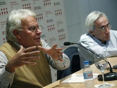 El expresidente del Gobierno Felipe González ha presentado este martes 'La socialdemocracia maniatada', de Ludolfo Paramio (a su lado).