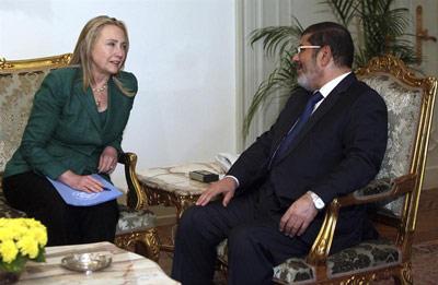 El presidente egipcio, Mohamed Mursi, se reúne con la secretaria de Estado de los Estados Unidos, Hillary Clinton. -