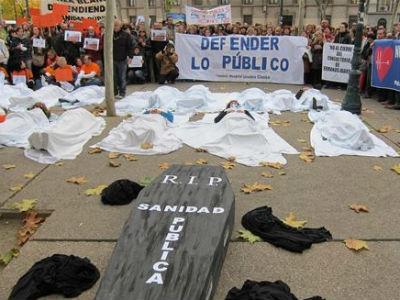 Protesta contra la ministra Ana Mato, hoy, en Zaragoza. EP