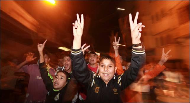 Niños en GAza celebran el final de los bombardeos israelíes. Reuters