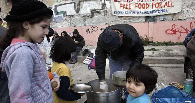 Una organización humanitaria reparte comida en Atenas.