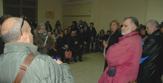 La asamblea de vecinos afectados celebrada ayer en un local de la parroquia de San Cayetano (Madrid)