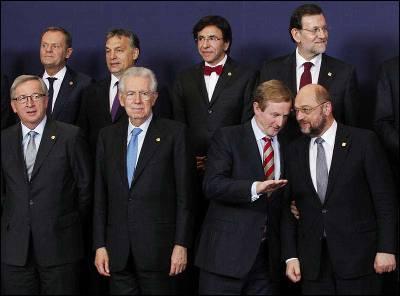 Rajoy posa en Bruselas para la foto de familia junto a otros líderes europeos.