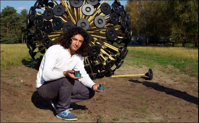 Massoud Hassani, posando con el Mine Kafon que quiere llevar a Afganistán.