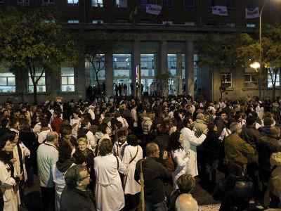 Cientos de sanitarios y pacientes de todos los centros de la Comunidad Madrid en huelga se concentraron esta tarde frente al hospital de La Princesa. EFE