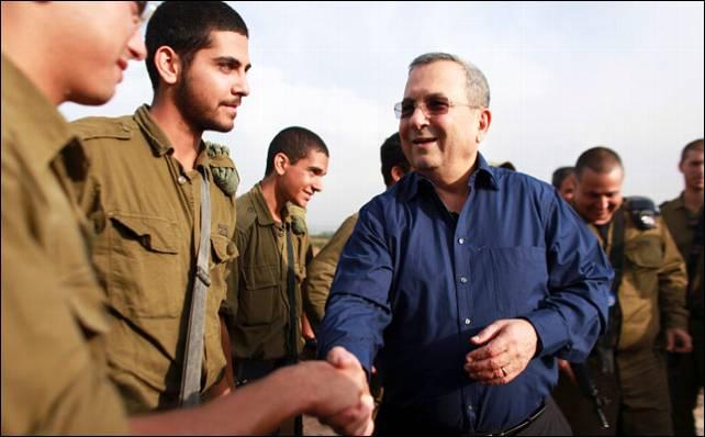 Ehud Barak, saludando a las tropas durante la operación Pilar de Defensa en Gaza. Reuters