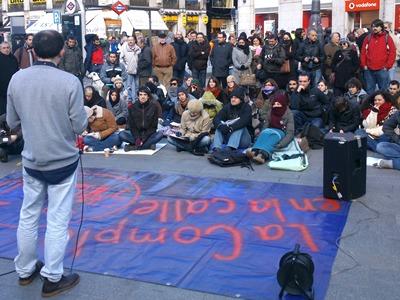 El profesor de Derecho Constitucional Antonio Cabo da una clase en la Puerta del Sol - E. MURIEL