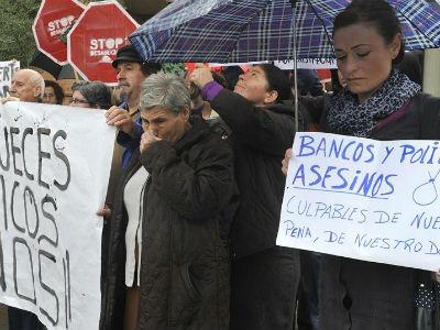Más de un centenar de personas se concentraron el pasado 26 de octubre ante la Subdelegación del Gobierno en Granada, en un acto de protesta que se ha celebrado tras el funeral del hombre que se quitó la vida poco antes de ser desahuciado. EFE/Miguel Ángel Molina