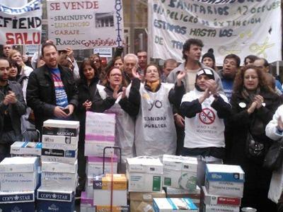 Decenas de trabajadores sanitarios han acudido a la consejería para realizar el recuento y entrega de las firmas - @Sanidadenlucha