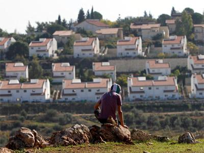 Un palestino, frente al asentamiento israelí de Halamish, este viernes. REUTERS/Mohamad Torokman