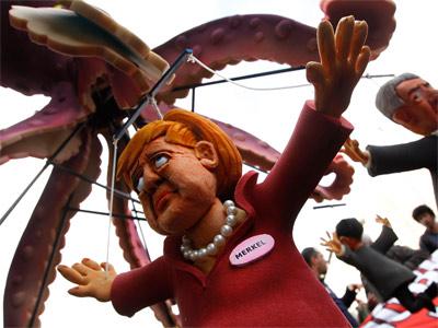 Una marioneta de Angela Merkel durante una protesta ante la visita de la canciller a Italia. -