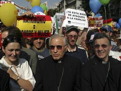 El arzobispo de Madrid, el cardenal Antonio María Rouco Varela, en la manifestación contra el matrimonio homosexual de junio de 2005 en Madrid, en la que participaron dirigentes del PP.