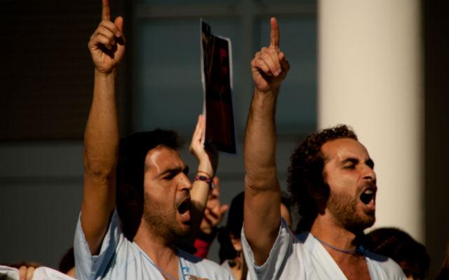 Imagen de una de las últimas protestas frente a un centro sanitario de Madrid. Foto cedida por Graciela Rodríguez.