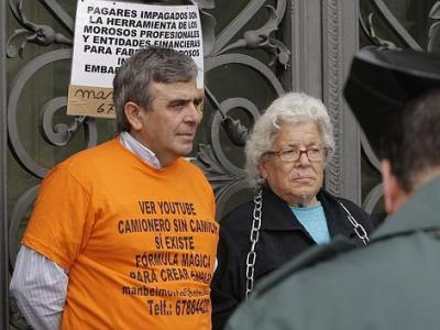 La anciana desahuciada con su hijo, 'el camionero sin camión', encadenados al Banco de España el pasado mes de abril/EFE