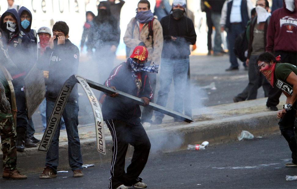 Los manifestantes se han enfrentado a la Policía en los aledaños del Congreso Mexicano.