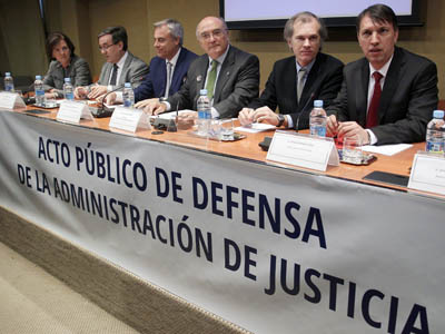 El presidente del Consejo General de la Abogacía, Carlos Carnicer, en el centro, preside la reunión de la comisión interasociativa de jueces y fiscales y la abogacía contra las reformas promovidas por el ministro Alberto Ruiz-Gallardón.