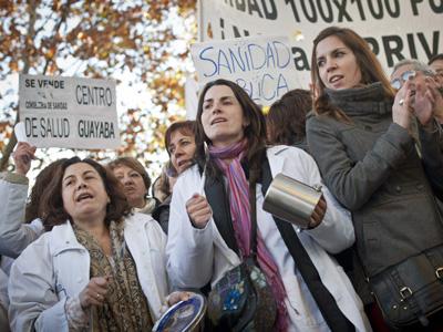 Trabajadores y pacientes en una protesta a favor de la Sanidad Pública.