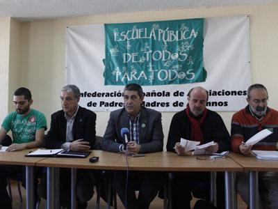 Los portavoces de las distintas oganizaciones que conforman la Plataforma en defensa de la Educación Pública durante la rueda de prensa.