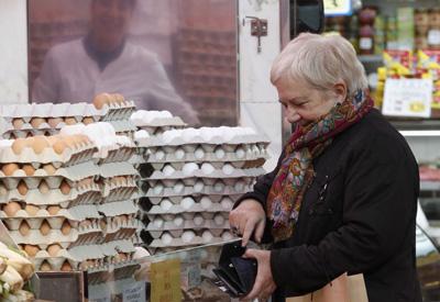 Una mujer hace la compra en un mercado de Barcelona.