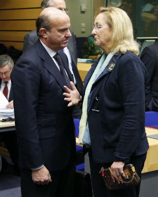 El Ministro español, Luis de Guindos, y la responsable austriaca, Maria Fekter, durante la reunión del Ecofin en Bruselas. REUTERS/ Francois Lenoir