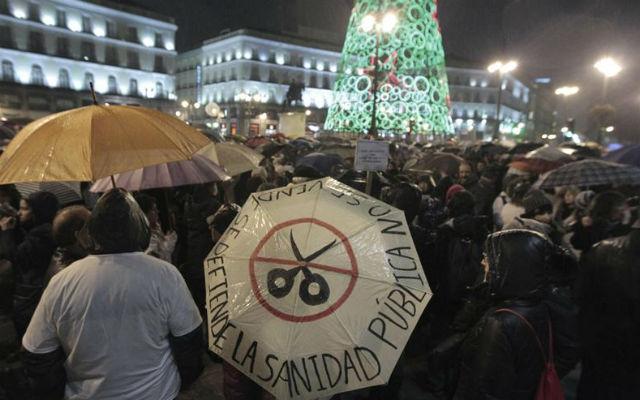 La original protesta contra los recortes del Gobierno reunió a miles de personas frente a la sede de la Comunidad de Madrid. EFE