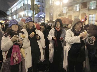Los manifestantes cenaron un bocadillo, como símbolo de la cena de Navidad que tendrán miles de españoles por los recortes. EFE