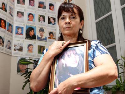Susana Trimarco, con una foto de su hija. Detrás, imágenes de muchachas argentinas desaparecidas. LA NACIÓN