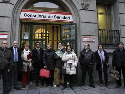 Los representantes de los sindicatosa de la Mesa Sectorial en la puerta de la consejería. EFE